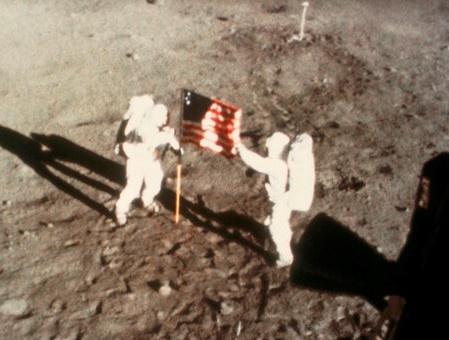 Phim ve Neil Armstrong gay tranh cai vi bo man cam co My len Mat trang hinh anh
