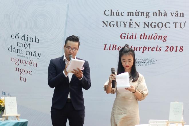 Nguyen Ngoc Tu lang le ky tang cho hang tram doc gia tai Duong Sach hinh anh 5