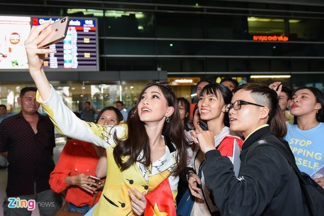 Tieu Vy chuc mung Phuong Nga lot Top 10 Hoa hau Hoa binh hinh anh 10