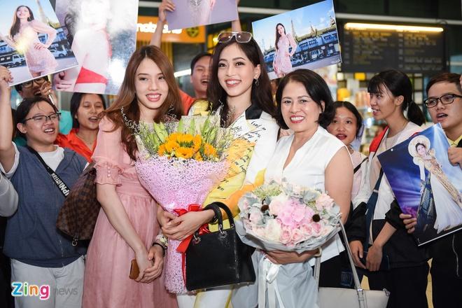 Tieu Vy chuc mung Phuong Nga lot Top 10 Hoa hau Hoa binh hinh anh 11