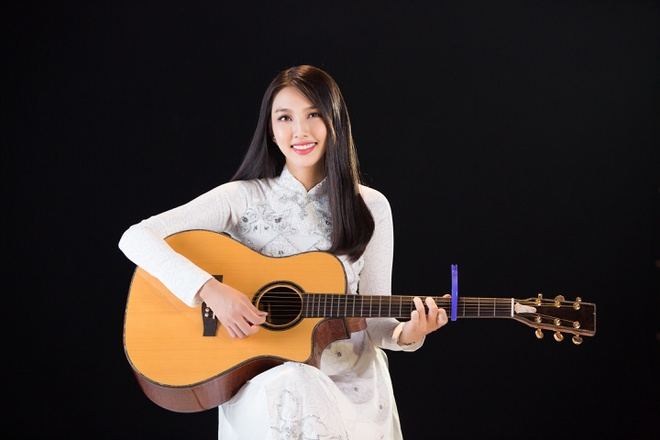 Thuy Tien hat, noi tieng Anh troi chay trong clip thi Hoa hau Quoc te hinh anh 1