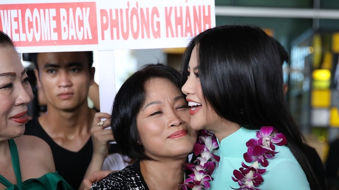 Hoa hau Phuong Khanh om hon me tham thiet o san bay ngay ve hinh anh