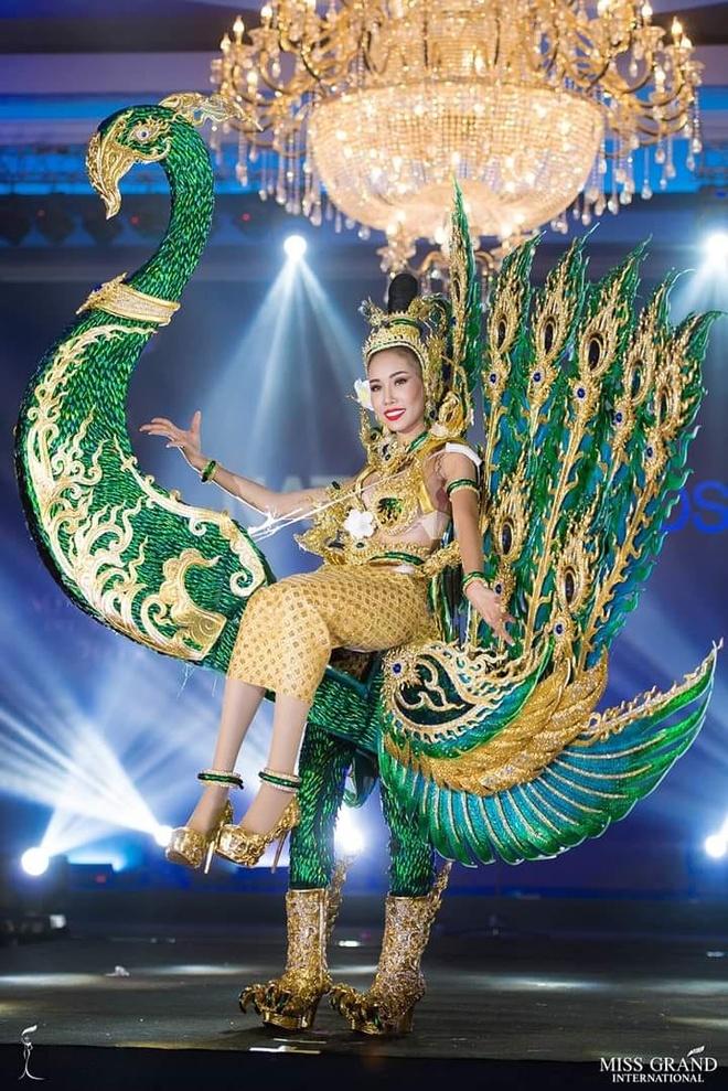 Hoa hau Lao dien trang phuc dan toc ky di tai Hoa hau Hoan vu 2018 hinh anh 2