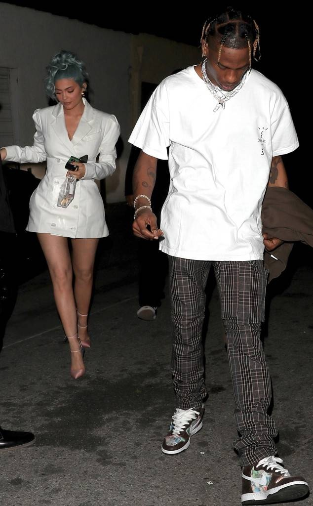 Kylie Jenner ben ban trai, Taylor Swift hop hoi ban than don nam moi hinh anh 1