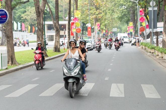 H'Hen Nie cho Hoa hau Nhat bang xe may, an bun rieu o cho Ben Thanh hinh anh 1