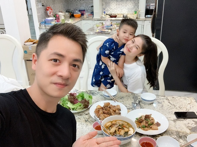 Cuong Do La, Dang Khoi don 8/3 ben vo, Tieu Vy nau an cung me hinh anh 3