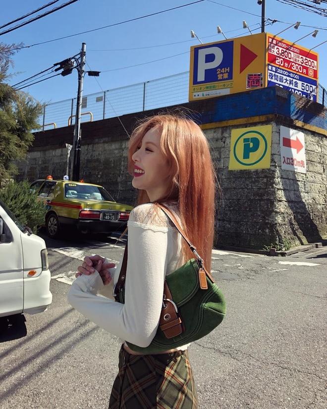 HyunA khoe eo sieu nho, xinh dep ben ban trai o san bay di Nhat hinh anh 10