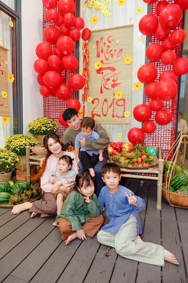 Ly Hai, Minh Ha cung 4 con song nhu 'nong dan' trong biet thu moi mua hinh anh 9