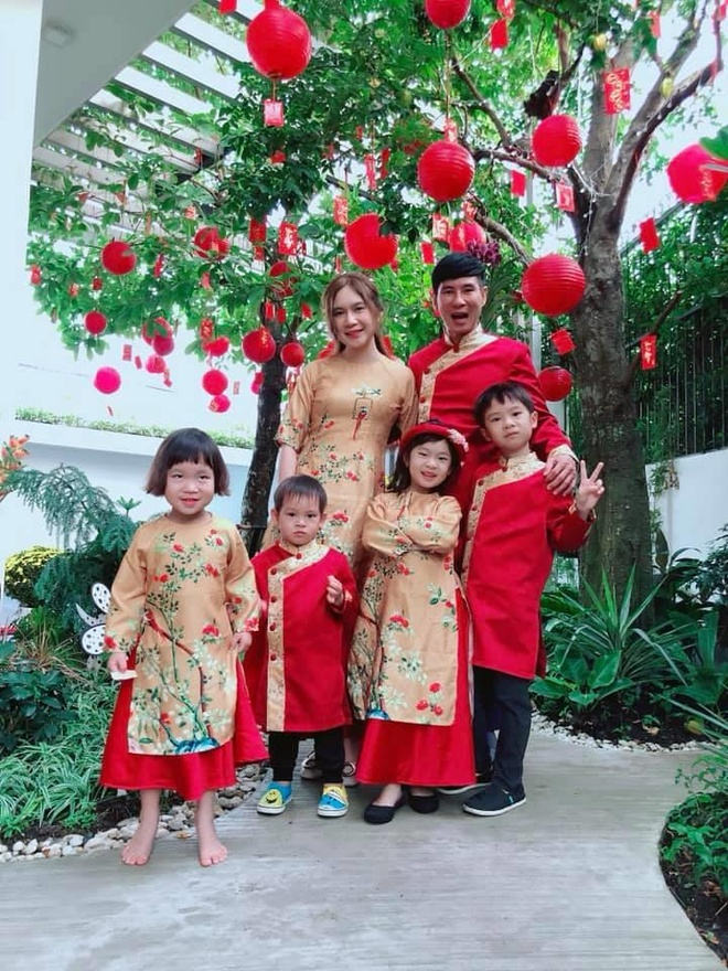 Ly Hai, Minh Ha cung 4 con song nhu 'nong dan' trong biet thu moi mua hinh anh 6