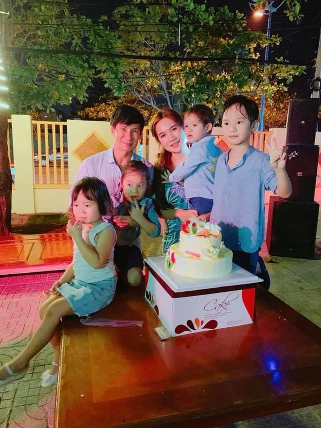 Ly Hai, Minh Ha cung 4 con song nhu 'nong dan' trong biet thu moi mua hinh anh 1