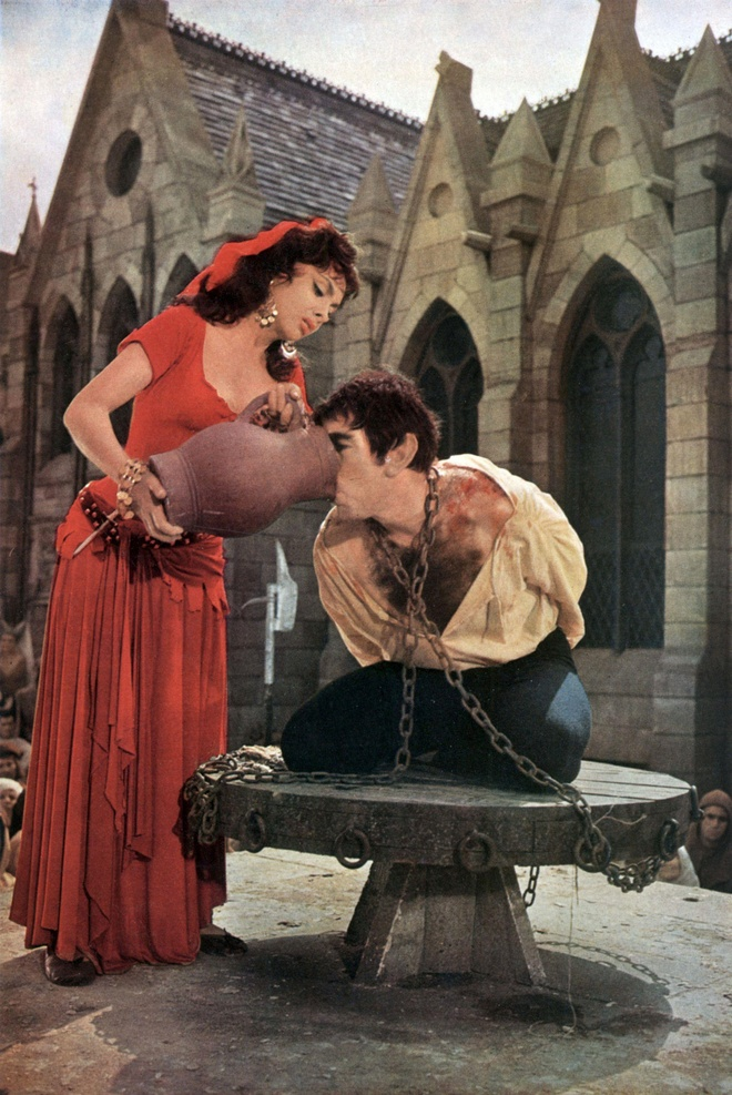 3 my nhan tuyet sac dong nang Esmeralda trong 'Nha tho Duc Ba Paris' hinh anh 6