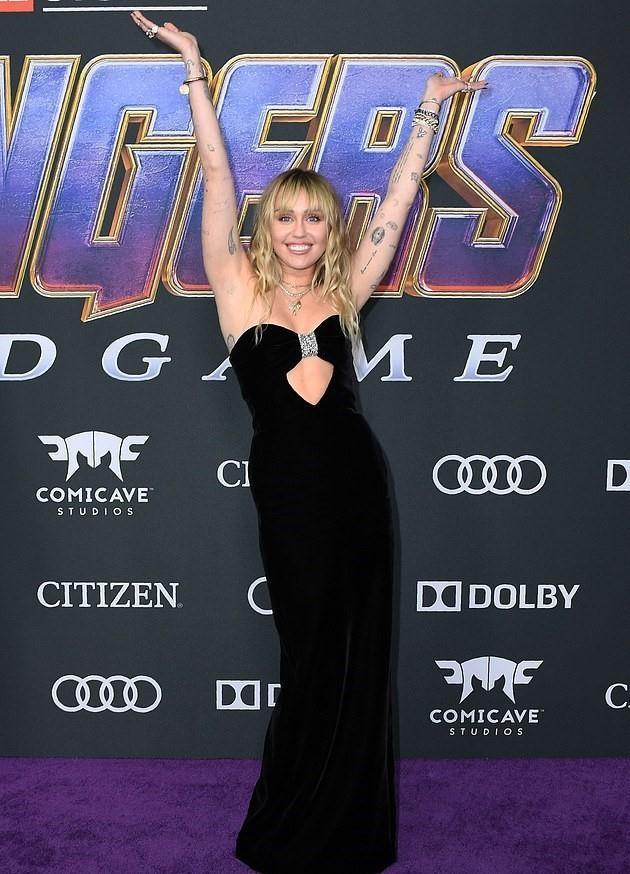 Miley Cyrus dien sexy, cung chong xem 'Avengers: Endgame' cua anh trai hinh anh 2