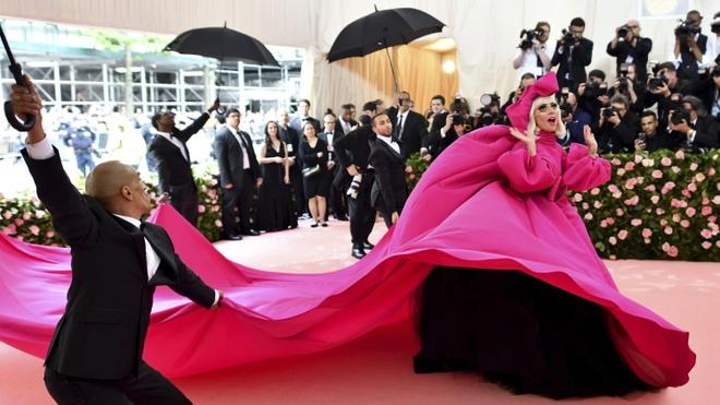 Dang sau 3 lan thoat y cua Lady Gaga tren tham do Met Gala hinh anh 1