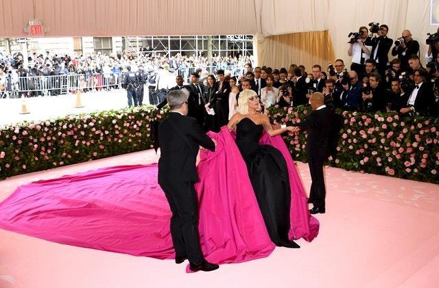 Dang sau 3 lan thoat y cua Lady Gaga tren tham do Met Gala hinh anh 3