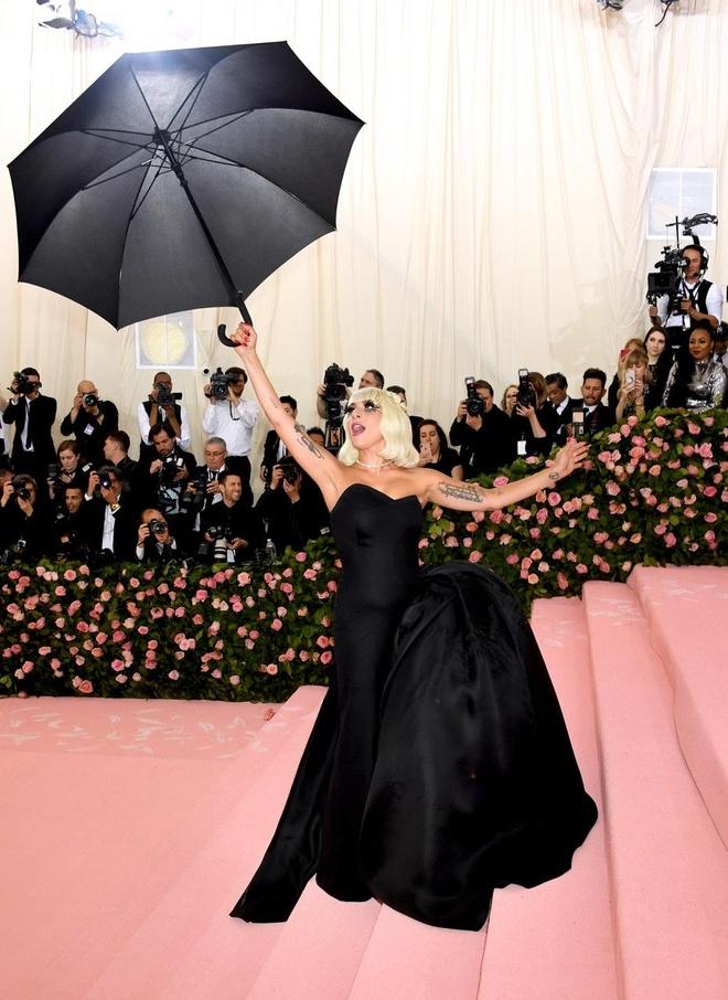Dang sau 3 lan thoat y cua Lady Gaga tren tham do Met Gala hinh anh 4