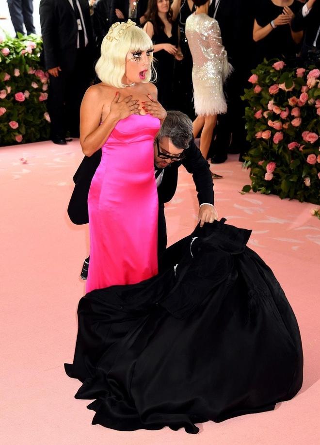 Dang sau 3 lan thoat y cua Lady Gaga tren tham do Met Gala hinh anh 6