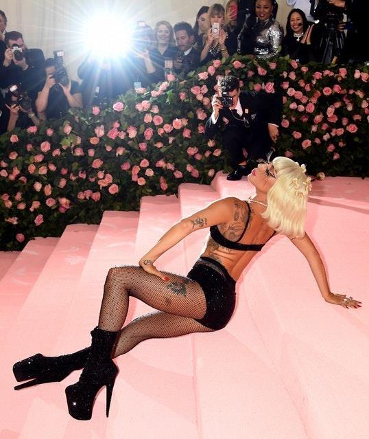 Dang sau 3 lan thoat y cua Lady Gaga tren tham do Met Gala hinh anh 8