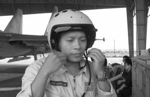 Tien phi cong Tran Quang Khai ve voi bau troi hinh anh