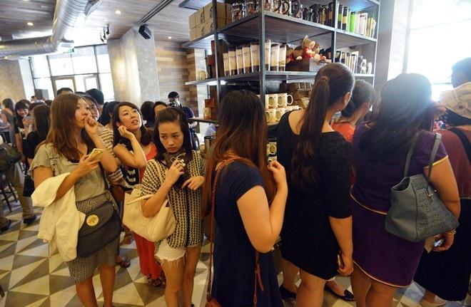 Khi gioi tre Viet 'mat an mat ngu' vi Zara, Starbucks hinh anh 3