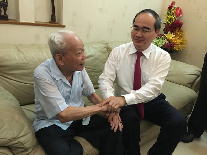 Roi nuoc mat khi duoc Bi thu Nguyen Thien Nhan trao huy hieu tuoi Dang hinh anh 1