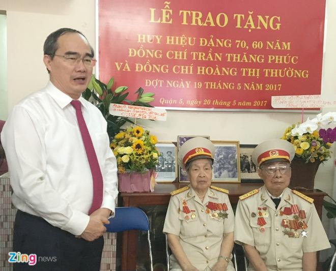Roi nuoc mat khi duoc Bi thu Nguyen Thien Nhan trao huy hieu tuoi Dang hinh anh 2