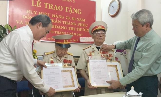 Roi nuoc mat khi duoc Bi thu Nguyen Thien Nhan trao huy hieu tuoi Dang hinh anh