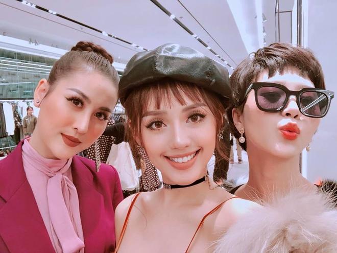 Hot girl thi nhau check-in tai cua hang Zara, H&M dau tien tai Ha Noi hinh anh