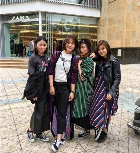 Hot girl thi nhau check-in tai cua hang Zara, H&M dau tien tai Ha Noi hinh anh 11