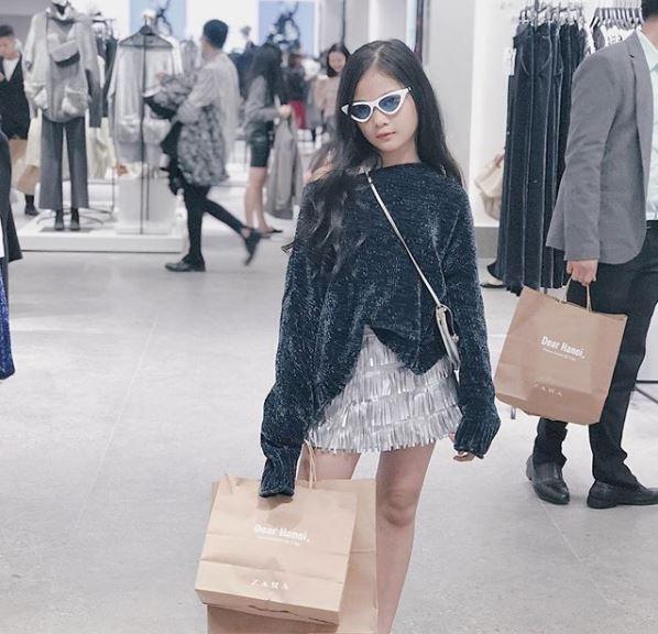 Hot girl thi nhau check-in tai cua hang Zara, H&M dau tien tai Ha Noi hinh anh 7