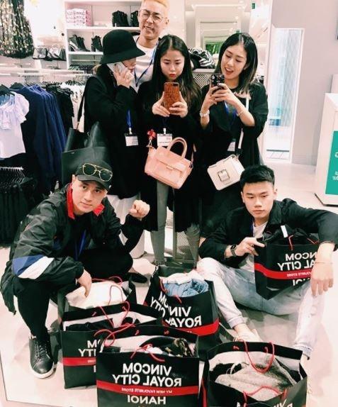 Hot girl thi nhau check-in tai cua hang Zara, H&M dau tien tai Ha Noi hinh anh 1