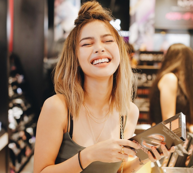 Hot girl Lily Maymac noi 'Xin chao, cam on' hinh anh
