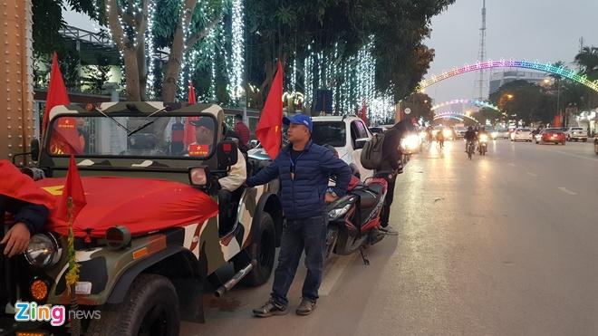 Cong Phuong mac ao coc tay trong le vinh danh duoi mua ret 13 do C hinh anh 31