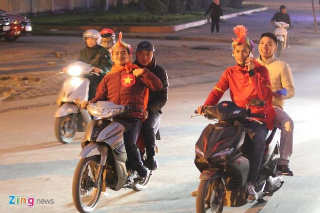 Cong Phuong mac ao coc tay trong le vinh danh duoi mua ret 13 do C hinh anh 35