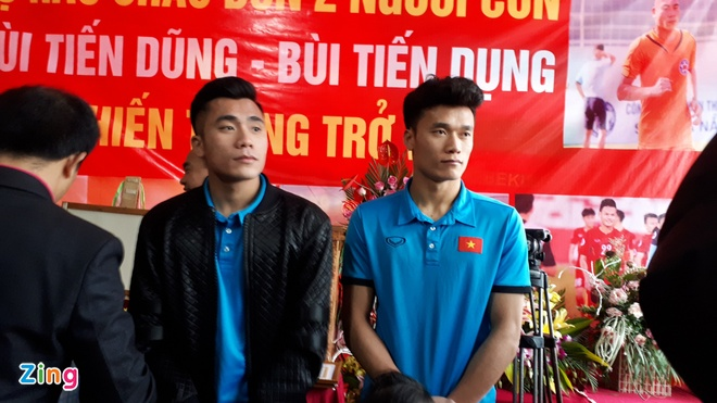 Cong Phuong mac ao coc tay trong le vinh danh duoi mua ret 13 do C hinh anh 5