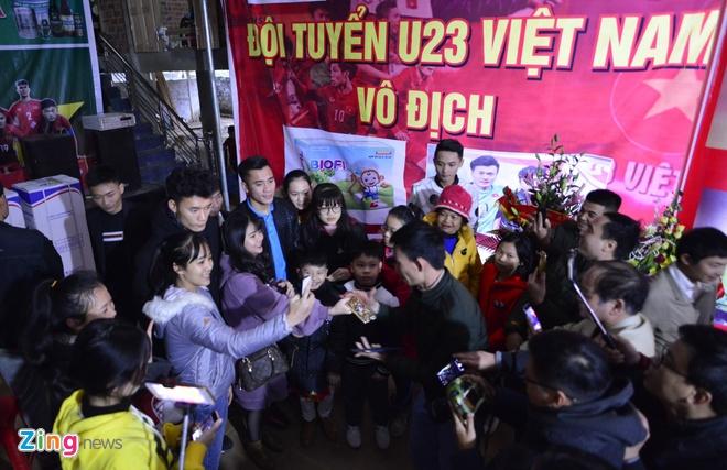 Cong Phuong mac ao coc tay trong le vinh danh duoi mua ret 13 do C hinh anh 26