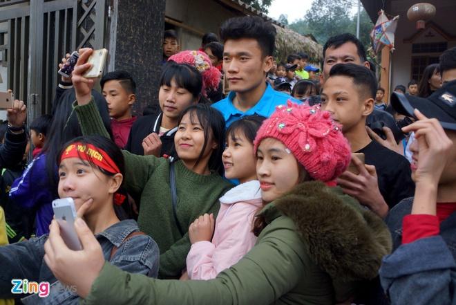 Cong Phuong mac ao coc tay trong le vinh danh duoi mua ret 13 do C hinh anh 12
