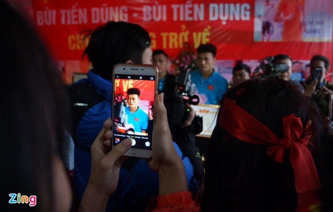 Cong Phuong mac ao coc tay trong le vinh danh duoi mua ret 13 do C hinh anh 13