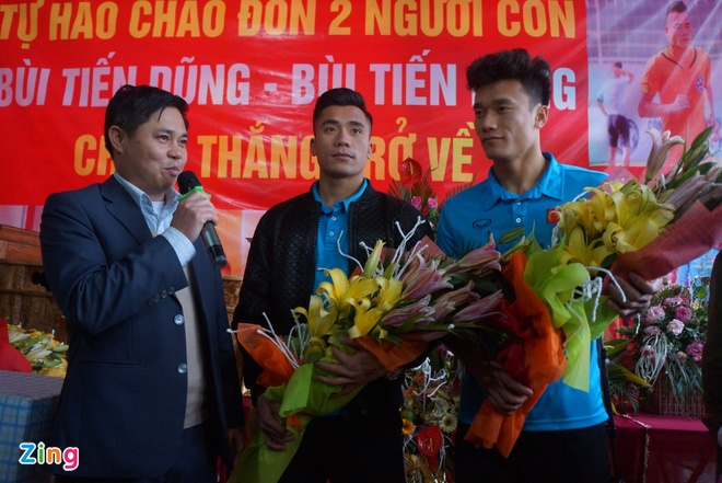 Cong Phuong mac ao coc tay trong le vinh danh duoi mua ret 13 do C hinh anh 14