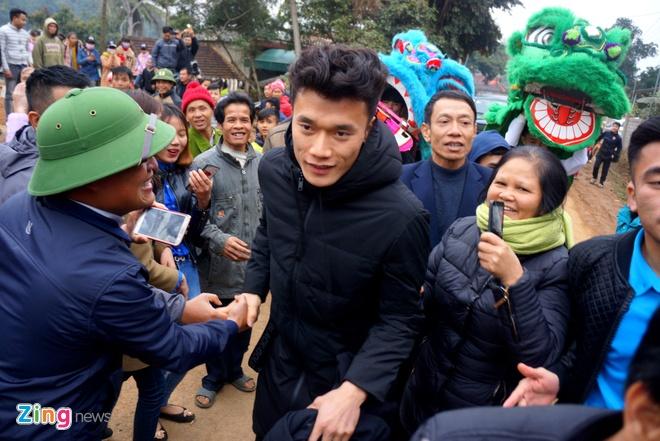 Cong Phuong mac ao coc tay trong le vinh danh duoi mua ret 13 do C hinh anh 11