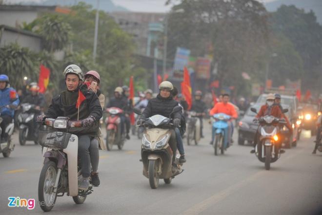 Cong Phuong mac ao coc tay trong le vinh danh duoi mua ret 13 do C hinh anh 18
