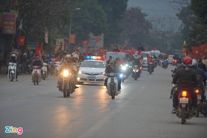 Cong Phuong mac ao coc tay trong le vinh danh duoi mua ret 13 do C hinh anh 24