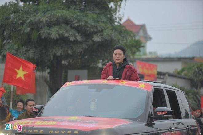 Cong Phuong mac ao coc tay trong le vinh danh duoi mua ret 13 do C hinh anh 16
