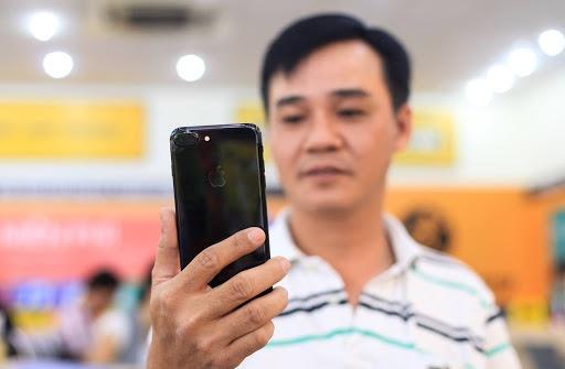 Hai thai cuc cua iPhone chinh hang tai Viet Nam hinh anh 2