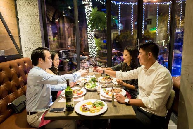 Nha hang Steakout hoa khong gian co tich don Giang sinh hinh anh 4