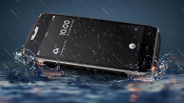 Du bi oto chen qua, smartphone DCO T5 Nhat van hoat dong binh thuong hinh anh 4