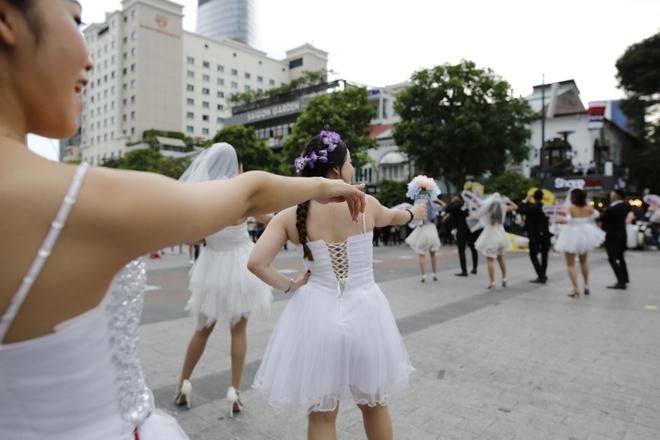 Hon 60 co dau, chu re nhay flashmob tren pho di bo Nguyen Hue hinh anh 3