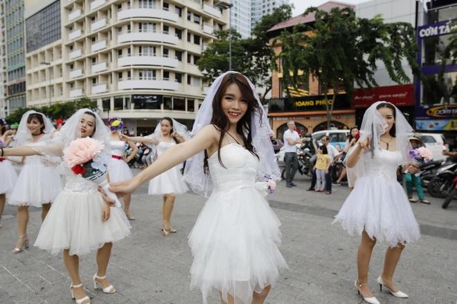 Hon 60 co dau, chu re nhay flashmob tren pho di bo Nguyen Hue hinh anh 4