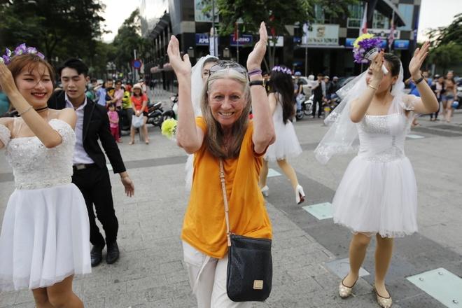 Hon 60 co dau, chu re nhay flashmob tren pho di bo Nguyen Hue hinh anh 5