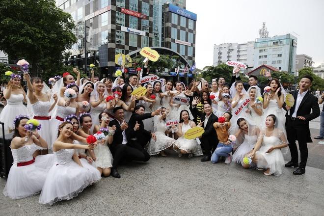 Hon 60 co dau, chu re nhay flashmob tren pho di bo Nguyen Hue hinh anh 8