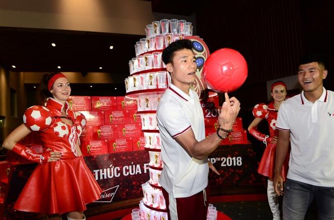Tien Dung - Duc Chinh dien ao doi, than thiet tren tham do hinh anh 4